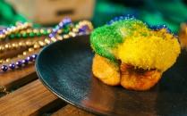 universal orlando's mardi gras - king cake
